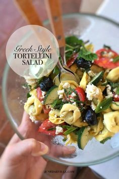 Here's my Greek tortellini salad with delicious flavors and fresh colors! This is the perfect pasta salad for a summer lunch. Easy Pasta Recipes, New Recipes, Dinner Recipes, Healthy Recipes, Greek Tortellini Salad, Mediterranean Diet Recipes, English Food, Restaurant Recipes, The Fresh