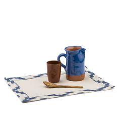 """Esta colección de Individuales representa a la tradición textil de Mallorca, con su típico tejido de """" Lenguas """". Tejidos de Algodón / Lino teñidos a mano. Sus dibujos difuminados y con formas geométricas, son de colores vivos. Tïpico dibujo geométrico de Ikät Color: AZUL -CRUDO MEDIDAS. 50 x 38 cms No tratar con lejía. Composición : 50% LINO – 50% ALGODON El ikat o ikkat es una de las técnica de teñido más complejas del mundo. Se tiñen los hilos antes de tejerlos, sobre las hebras se ..."""
