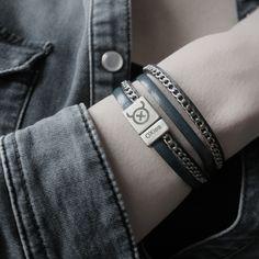 Op deze stijlvolle winkelarmband is een RVS ketting door en door gestikt met zeer sterk nylondraad. Deze armband wikkelt 2 keer om je pols.
