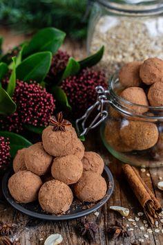 Lebkuchen Bliss Balls - Gesunde Proteinbällchen Rezept Mrs Flury  Gesunde Pralinen  Lebkuchen Pralinen, Energiekugeln, Trüffel, ohne Zucker, zuckerfrei, gesund backen, gesunde Rezepte, Kugeln, Bällchen, Energie Bällchen, Blissballs  einfach, eat good food  vegane Weihnachten, ohne Backen  #eatgoodfood #lebkuchen #blissballs #vegan #pralinen #mrsflury Bliss Balls, Protein Ball, Comfort Food, Blenders, Finger Foods, Food Photography, Healthy Living, Bakery, Good Food