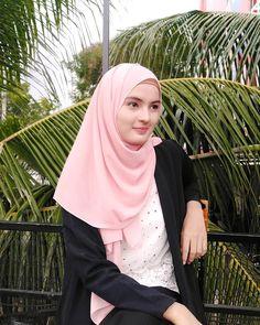Assalamualaikum 😊 - - - #cantikberhijab #bidadariselfie #tiktokhot #pp #hijaberscommunity #barbiemuslimah #wanitaberhijab #bidadarijateng… Beautiful Hijab Girl, Beautiful Muslim Women, Beautiful Indian Actress, Beautiful Asian Girls, Hijabi Girl, Girl Hijab, Hijab Dpz, Muslim Beauty, Hijab Chic
