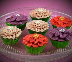 Cupcakes gedecoreerd met bloemen van Swiss merengue botercreme...