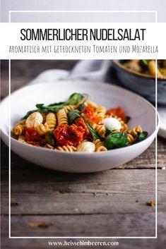 Aromatisch leckerer Nudelsalat mit getrockneten Tomaten, Mozzarella und dem leckersten, aromatischen Dressing mit Pesto Rosso. Mein liebstes Rezept für den Sommersalat-Klassiker.  #nudelsalat #sommerrezept #grillen #pasta #soulfood #heissehimbeeren