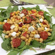 Esta ensalada de rúcula y garbanzos nos permite disfrutar de las legumbres también en su versión más fresca.