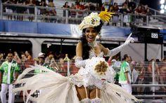 'Noiva' oferece buquê em desfile da Mancha Verde no Sambódromo