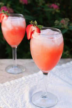 Strawberry wine coolers -- little bit of vodka, little bit of white wine and strawberries.wanna try making these w/Drink Skinny pomegranate blueberry (and maybe a flavored vodka? Party Drinks, Cocktail Drinks, Fun Drinks, Cocktail Recipes, Alcoholic Drinks, Disney Drinks, Wine Cocktails, Mixed Drinks, Party Favors