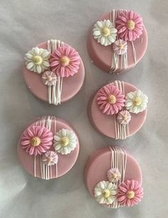 Pink and White Drizzled Flower Chocolate Covered Oreos - cake pops - Oreo Oreo Pops, Chocolate Covered Treats, Chocolate Covered Strawberries, Chocolate Cupcakes, Chocolate Dipped Oreos, Flower Cupcakes, Flower Cookies, Flower Cake Pops, Pastel Cupcakes