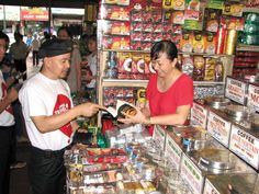 The grocery store is very popular in Vietnamese buying style, with a variety of choices for goods such as drinks, food, coffee, etc. And this type of store is expanded nationwide.