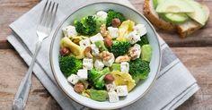 Kokeile nopeaa ja helppoa pastaruokaa, johon parsakaali ja pähkinät tuovat rapeutta ja salaattijuusto ja avokado kermaisuutta.