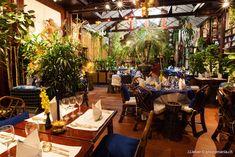 LE BLUE ELEPHANT. Frappez à la porte du Blue Elephant et vous serez transportés au royaume du Siam. Plantes et fleurs tropicales, décoration somptueuse et serveurs en costumes locaux font de ce restaurant thaï l'un des plus exotiques de la capitale. 43, rue de la Roquette – 11e
