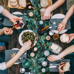photography lover: decor studio team - New Deko Sites Group Dinner, Picnic Dinner, Food Flatlay, Wine Photography, Mouth Watering Food, Christmas Breakfast, Gorgeous Cakes, Lunches And Dinners, Food Presentation