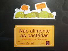 Para tentar promover a limpeza dos banheiros, a UFMG utiliza a noção do senso comum de que as bactérias são inimigas da saúde pública, o mal pior a ser evitado, os monstros da sujeira! Aos invés de reforçá-la, essa noção deveria ser combatida de forma veemente, pois ela é ultrapassada e sustenta o grave problema atual da resistência aos antibiótico...
