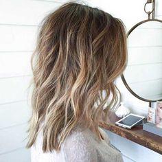 Chica con el cabello en corte bob long con luces rubias