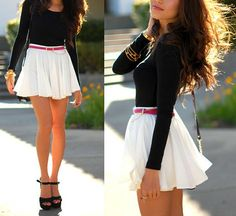 Flowy miniskirt w/ plain top and a bright belt