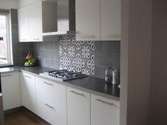 Inspirujące kafle cementowe na ścianie - Ciekawe pomieszczenie z płytkami cementowymi nad blatem w kuchni