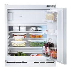 IKEA - HUTTRA, Einbaukühlschrank mit Gefrierfach, Inklusive 5 Jahre Garantie. Mehr darüber in der Garantiebroschüre.Praktisch in kleinen Küchen: passt unter die Arbeitsplatte zwischen zwei Unterschränken.2 versetzbare Böden aus gehärtetem Glas mit Tropfkante für bedarfsangepasste Aufbewahrung.1 Türfach mit Abtrennung zum Abstützen von Flaschen und für optimale Raumnutzung.Integrierte LEDs beleuchten den Innenraum komplett, sind unterhaltsfrei und im Normalfall so lange haltbar wie das…