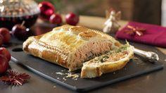Le saumon en croûte est un plat de fête ou idéal pour recevoir des invités. La croûte de pâte cache saumon, champignons de Paris, riz et épinards.