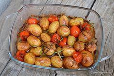 Cartofi noi copți cu roșii cherry și usturoi - la cuptor. Cum se fac cartofii noi la cuptor cu foarte puțin ulei? Cât timp se lasă și la ce temperatura? Cartofi noi cu rozmarin și usturoi. Rețeta de cartofi la cuptor cu roșii, usturoi și rozmarin sau alte ierburi aromatice. O rețetă simplă de post sau o Romanian Food, Carne, Potato Salad, Shrimp, Vegetarian Recipes, Side Dishes, Food And Drink, Veggies, Potatoes