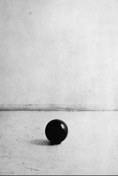 Gino de Dominicis Palla di gomma (caduta da 2 metri) nell'attimo immediatamente precedente il rimbalzo 1969