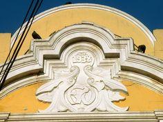 Cacería Tipográfica N° 42: Año de Construcción 1938 y Monograma con las iniciales FYV (duda en la última letra) calle Rivero, Centro Histórico de Arequipa.