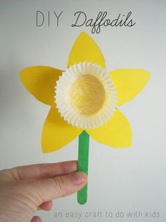 Spring is in full bloom! Get into the sunny spirit with this DIY Daffodil craft from Mend and Make New! These sunshiny flowers make for a sweet gift to a grandparent or a darling room decoration! We love the idea of making a whole bouquet! Easy Easter Crafts, Daycare Crafts, Easter Crafts For Kids, Crafts To Do, Preschool Crafts, Kids Diy, Easter Crafts For Preschoolers, Flower Craft Preschool, Paper Crafts