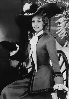 Мишель Мерсье в роли очаровательной авантюристки Анжелики в историческом сериале 1964-1968 годов по роману Анны и Сержа Голон.