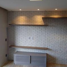 White Brick Walls, Living Comedor, Small Apartments, Rustic Decor, Tile Floor, House Plans, Condo, Room Decor, Decorations