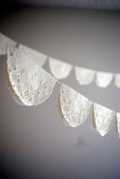 Vintage Baby Shower - simple paper lace garland - can be done easily with paper doilies Vintage Party, Vintage Bridal, Vintage Tea, Vintage Style, Vintage Lace, Vintage Inspired, Paper Doilies, Paper Lace, Paper Flowers