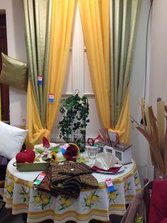 Table ambiance provençale: Nappe ronde Ø160 en coton, Doubles rideaux taffetas 140x260, voilage étamine 140x280 ainsi que des éléments de décoration.