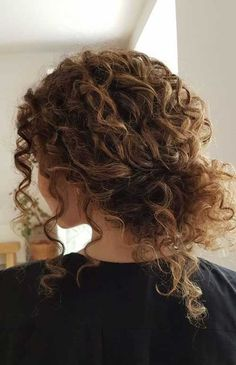 Dyed Curly Hair, Short Natural Curly Hair, Curly Hair Styles, Brown Curly Hair, Curly Hair Updo, Colored Curly Hair, Curly Hair Tips, Natural Curls, Medium Hair Styles