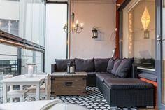 Kulmasohvan avulla parvekkeen tila on otettu hyvin haltuun. Kynttelikkö katossa lisää tunnelmaa. Couch, Interior Design, Tila, Haku, Furniture, Home Decor, Google, Nest Design, Settee
