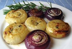 Caramelized onion, apple and goat cheese pie - Recipe Guide Roasted Onions, Caramelized Onions, Sauteed Vegetables, Veggies, Oven Roast, The Fresh, Vegetable Recipes, Food Print, Health And Wellness