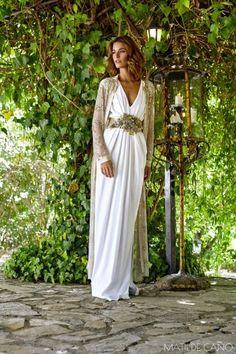 Vestidos de novia. Colección 2017. Vestido en crepe y abrigo joya en dorado