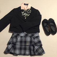 女児スーツセット サイズ110 ◆ジャケット ◆スカート ◆シャツ(ピンク)汚れございますが、よくみないとわからない程度です。 スカートの中に隠れる部分です。 ◆リボン ◆靴GU 18センチ 使用感あり(2度着用) 5点セットになります。 背が1番前でしたので、小さいサイズを探すのに苦労しました(*^_^*) 小さいお子様にいかがですか?