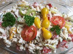Těstovinový salát se šunkou je u nás doma velmi oblíbený. Jako zálivku používám i majonézu, i tatarskou omáčku a dokonce i bílý jogurt nebo zakysanou smetanu. Tentokrát jsem použila pouze zakysanou smetanu, salát byl osvěžující :) Přidala jsem i tuňáka z konzervy. Zkuste i vy :) Autor: Mineralka Finger Foods, Cobb Salad, Grains, Salads, Recipes, Meal, Red Peppers, Lasagna, Kochen
