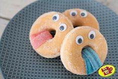 Easy way to make donuts a treat .- Easy way to make donuts a treat – tractatie – - Easy Donut Recipe, Baked Donut Recipes, Birthday Treats, Party Treats, Cute Food, Good Food, Funny Food, O Emoji, Halloween Fingerfood