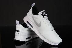 #Buty #męskie Nike Air Max Tavas nawiązują wyglądem do klasycznej sylwetki legendarnego #modelu do biegania. Mają poduszkę Max Air w zapiętku i waflową podeszwę zewnętrzną zapewniającą przyczepność na wielu nawierzchniach.