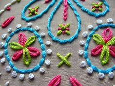 Lazy Daisy Example: Up close image. This is a GREAT simple stitch for everyone to know. Perfect for the final touches on baby crocheted items, little girls' jeans, hoodies or even towels. Felt Embroidery, Hand Embroidery Stitches, Cross Stitch Embroidery, Embroidery Patterns, Machine Embroidery, Broderie Simple, Bordados E Cia, Quilt Stitching, Quilting
