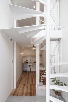 spiral house apartments - matsuyama - be-fun - 2014 - photo hiroyuki hirai Interior Stair Railing, Staircase Design, Bauhaus, Interior Architecture, Interior And Exterior, Japan Architecture, Multipurpose Furniture, Compact House, Narrow House