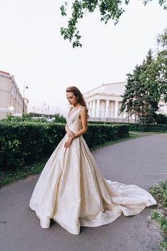 Золотое свадебное платье Vera Wang из благородного жаккарда с потрясающим шлейфом и карманами. Шедевр Vera Wang цвета матового золота.