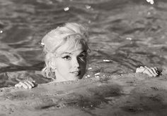 marilyn-monroe-in-the-pool-by-lawrence-schiller-1962-08