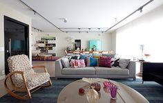 Habitado por um pai e duas filhas adultas, este apartamento foi pensado para o conv�vio. �Tudo acontece na ampla sala, aumentada com um quarto�, diz a arquiteta Tininha Loureiro. N�o h� divis�es entre salas de estar e TV, de jantar e canto de leitura