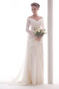 Un abito da sposa fra sogno e realtà: linee morbide e cascanti, giochi di trasparenze per una sposa elegante e sognante che non rinuncia al suo stile.