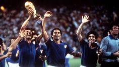 1982 La nazionale italiana di calcio vince i campionati del mondo in Spagna.