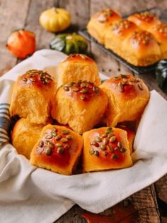 Pumpkin dinner rolls made from Asian milk bread is tender and fluffy. If you love buttery, soft parker house rolls you'll love these pumpkin dinner rolls! Homemade Pumpkin Puree, Homemade Brioche, Brioche Recipe, Homemade Breads, Pumpkin Recipes, Parker House Rolls, Wok Of Life, Raw Pumpkin Seeds, Baked Pumpkin