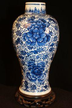 BLUE & WHITE PEONY FLOWER PORCELAIN VASE.