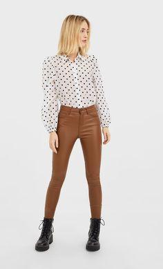 Pantaloni cu talie înaltă coating de la Stradivarius cu doar 99.9 RON ofertă disponibilă pentru un timp limitat. Pantaloni de damă mereu în tendințe. Intră acum! Trousers Women, Women's Trousers, Capri Pants, Khaki Pants, My Style, Coat, Outfits, Shopping, Clothes