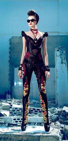Entre futurista y clásico, es algo que una chica puede llevar puesto en el año 2123... Nicolas Jebran 2013