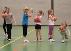 1001 balspelen. Allemaal verschillende spelletjes met een bal. Voor kinderen van 4 - 12 jaar. www.activitheek.nl I Love School, School Fun, Primary School, School Sports, Kids Sports, Kids Gym, Exercise For Kids, Motor Activities, Activities For Kids
