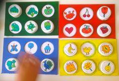 Tombola (bingo) dei colori realizzata con materiali di recupero e tappi di bottiglia.